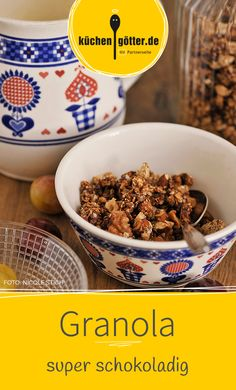 BANUSCHOKO-GRANOLA MIT BANANEN, NÜSSEN, SCHOKOLADE UND KOKOS - Mit Milch oder in Joghurt ist dieser Nuss-Mix ideal für den Hunger zwischendurch. Unser Rezept eignet sich auch als kulinarisches Mitbringsel: einfach hübsch in einem Glas verpacken.