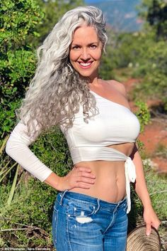 Beautiful Old Woman, Gorgeous Women, Sexy Older Women, Sexy Women, Silver Haired Beauties, Grey Hair Inspiration, Older Beauty, Long Gray Hair, Short Hair