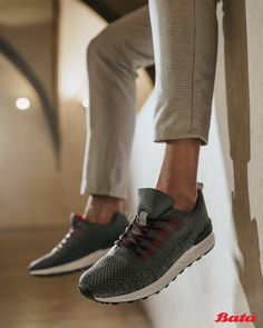 Fashion tip: Low socks with sneakers and cropped trousers are a match made in heaven. Bata Shoes, Men's Shoes, Dress Shoes, Grey Sneakers, Cropped Trousers, Shoe Collection, Cole Haan, Moccasins, Oxford Shoes