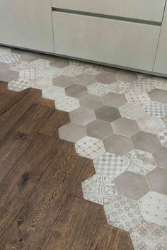 Pavimento di tendenza: Esagonette e Parquet: Cucina in stile di Orsolini Parquet Flooring, Kitchen Flooring, Home Renovation, Home Remodeling, Floor Design, House Design, Transition Flooring, Mediterranean Tile, Floors And More