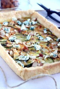 Une tarte estivale toute fine avec des courgettes, du bleu et des amandes effilées, qui fera des heureux chez les amateurs de fromage ! L'origine de cette tarte fine remonte à un petit endro…