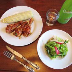 Today's Dinner- braised chicken legs and radish salad. 고양이 밥사러 마겥에 갔다 졸지에 치킨과 베이컨 사옴. 중복이라 치킨사진들을 많이 봐서인지 치킨이먹고 싶단다. 뭐 죽은사람 소원도 들어 준다는데 그까짓것 쯤이야 ㅎㅎ. *요리법- 닭다리에 칼집을 내고 간장, 물, 케찹, 마늘, 양파가루, 고운 고추가루, 생강가루, 설탕을 닭다리가 한 반정도 잠기게 앞력솥에넣고 치카치카 하면 불끄고 기다리다 김빠지면 치킨을 한번 뒤집어 치카 치카 한번더한후 뚜껑을 열고 식용유를 조금치고 양념을 끼얹어 주며 조린다. 간장이 거의 없어지면 깨, 썰은파와 튀긴 마늘을 뿌려낸다. * 샐러드-빨간무우, 유크라, 상추, 파에 올리브오일, 참기름, 소금약간, 후추, 깨와 마늘가루살짝.