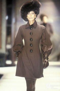 Yasmeen Ghauri Show Christian Dior Haute Couture - Fall 1993 Modern Fashion, 90s Fashion, Fashion Models, High Fashion, Vintage Fashion, Womens Fashion, Fashion Design, Female Fashion, Fall Fashion Trends