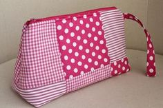 En tonos fucsia, con cuadros grandes. Quilted Tote Bags, Patchwork Bags, Sewing Crafts, Sewing Projects, School Pencil Case, Creation Couture, Girls Bags, Little Bag, Bag Organization