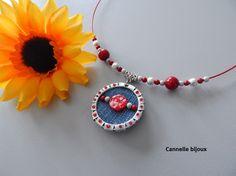 Collier tour de cou rouge pendentif capsule avec Jean et perles magiques : Collier par cannelle-bijoux