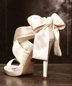 scarpe per la sposa bianche di Vera Wang. Scopri tutto sulle scarpe sposa: www.matrimonio.it/guida/la-sposa-e-lo-sposo/le-scarpe-da-sposa/