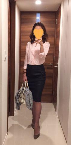 Pink shirt: BARNYARDSTORM, Black skirt: SISLEY, White bag: J&M DAVIDSON, Beige heels: Jimmy Choo