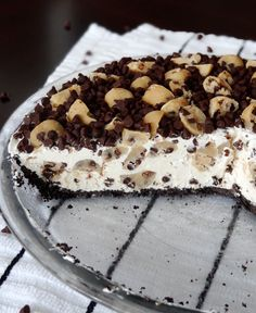 Chocolate Chip Cookie Dough Ice Cream Pie is oh so delicious! This easy no bake dessert has an Oreo crust, no churn vanilla ice cream filled with edible cookie dough and mini chocolate chips! Frozen Desserts, Just Desserts, Delicious Desserts, Dessert Recipes, Yummy Food, Bbq Desserts, Delicious Dishes, Cookie Desserts, Plated Desserts