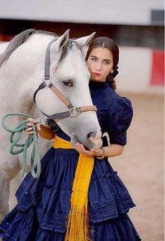 rebozo de seda, vestido de encaje, caballo imponente y amazona de espuelas...
