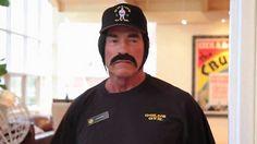 LOS ANGELES - Bývalý akčný hrdina a niekdajší guvernér Kalifornie, Arnold Schwarzenegger, si poriadne vystrelil z návštevníkov istej  kalifornskej posilňovne. Maskovaný výraznými čiernymi fúzmi a parochňou predstieral, že je tréner a spotených ľudí usmerňoval, ako správne cvičiť.