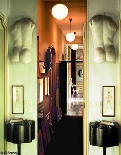 Jeu de symétrie entre deux guéridons de Carlo Mollino, deux dessins et deux nus d'éphèbes.