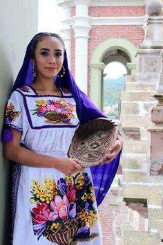 Traje tipico bordado a mano, Michoacán.