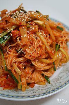 비빔국수 황금레시피 오이넣어 시원하게 ♬ 날씨가 더워져서 힘이 없는 끙이예요 ^^ 이런 날씨일수록 더욱 힘날수있게 맛난 음식들 먹어줘야 하는것 같아요 ㅎㅎ 여름하면 떠오르고 자주 만들어 먹는 음식들은 많.. K Food, Food Menu, Korean Dishes, Korean Food, Easy Cooking, Cooking Recipes, Korean Noodles, Soul Food, Asian Recipes