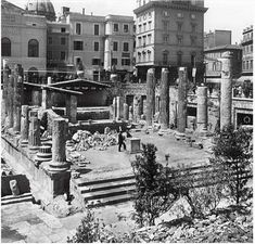 Roma - Largo di Torre Argentina  1900 Best Cities In Europe, Bed And Breakfast, New York Skyline, Times Square, Multi Story Building, City, Places, Travel, Argentina