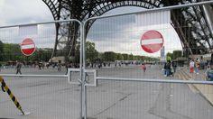 Noch stehen am Eiffelturm in Paris provisorische Zäune als Sicherheitsvorrichtungen. Nun beginnt der Bau von schusssicheren, zweieinhalb Meter hohen Glasmauern. Sie sollen vor Anschlägen schützen und gleichzeitig wieder einen freien Blick auf das Pariser Wahrzeichen ermöglichen. Bis Mai kommenden Jahres sollen die Bauarbeiten abgeschlossen sein. | Bildquelle: dpa