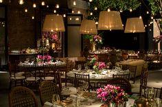 Titina Leão criou uma decoração de casamento em tons de rosa e marsala, com velas suspensas e decoração aérea. A festa aconteceu no Contemporâneo 8076.
