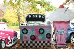 Are you looking for a fun, family-friendly Trunk or Treat theme? Check out this Fifties Soda Shop Halloween Trunk Theme. Your trunk will be a huge hit! 70s Party, Retro Party, Fröhliches Halloween, Halloween Treats, Trunk Or Treat, Pink Lady, Homecoming Floats, Homecoming Parade, Christmas Float Ideas