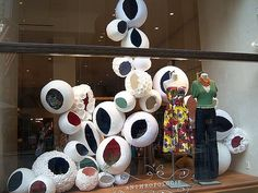 (A través de CASA REINAL) >>>>>  anthropologie circle window display