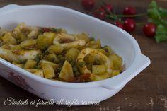 Calamari al forno con patate e piselli, un secondo di pesce facile ed economico da preparare in anticipo. Ricetta gustosa e veloce.