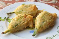 Fiori zucca pastellati con peperoncini verdi pastella acqua minerele frizzante fiori di zucca peperoncini dolci verdi lievito di birra olio extravergine