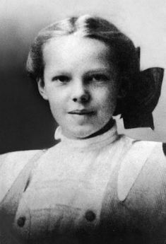 30 Historical Figures When They Were Young: Amelia Earhart