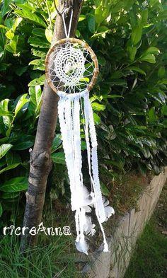 Acchiappasogni realizzato con manico borsa, centrino uncinetto, piume, perle, nastrino di pizzo sangallo. http://ricreanna.wordpress.com/2014/08/19/acchiappasogni-alluncinetto-dreamcatchers-crochet/