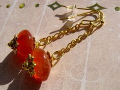 Kleine UFOs in orange. Sie sind so wir ihr Name, denn mich erinnern diese Ohrringe an kleine Ufos in orange aus edlem Karneol.   Ganz schnell werden d
