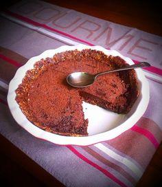 Raw čokoládový koláč s datlami a chia semienkami