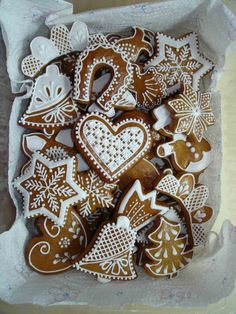 Vánoční perníčky/à transposer en porcelaine froide ou bois+ dentelles&broderies anciennes de récup+peinture à cerner/DB Galletas Cookies, Iced Cookies, Cookies Et Biscuits, Holiday Cookies, Sugar Cookies, Holiday Candy, Christmas Gingerbread House, Christmas Sweets, Christmas Cooking