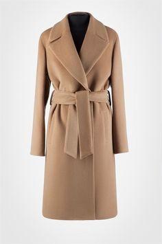 Элегантное и уютное пальто-халат из гладкой шерсти со спущенным плечом и поясом