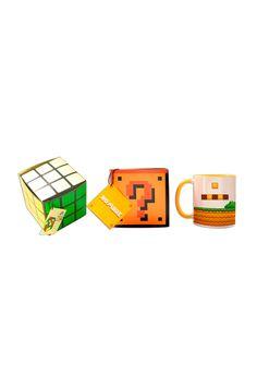 Un regalo diferente, para gamers, para los amantes de Mario, un mug relleno de dulces con un empaque en forma de cubo rubik. Un regalo diferente, especial para aquellos que les gusta disfrazarse en Halloween. Disponible en La Confitería. Gamers, Relleno, Mario, Halloween, Toys, Shape, Business Gifts, Packing, Cubes