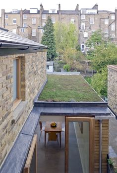 32 Gorgeous Green Roof Design Ideas For Sustainable House - The concepts and benefits of green roof construction are beginning to be more and more widely known by folks in forward thinking communities. Pergola With Roof, Patio Roof, Pergola Kits, Flat Roof House, Tiny House, Sedum Roof, Roof Extension, Living Roofs, Living Walls