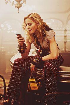 Madonna met wijde broek, confortabel bewegelijk en vrouwelijk