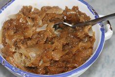 INGREDIENTS pour un petit bol - 3 beaux oignons - 1 càs de beurre - 2 càs d'huile d'olive - 20 g de vinaigre balsamique bio - 40 g eau - 2 morceaux de sucre de canne - gros sel et poivre du moulin PREPARATION : - Peler les oignons et les couper en 4 -...