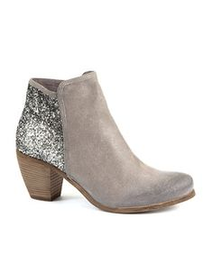 Glittery grey leather boot from New Look. This counts as sensible shoes - yes? Silver Ankle Boots, Cute Ankle Boots, Glitter Boots, Shoe Gallery, Grey Booties, Zara Fashion, Sneaker Heels, Boot Shop, Dream Shoes