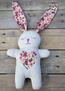 Doudou lapin de Miss Daisy Patterns - Laine-et-Chiffons