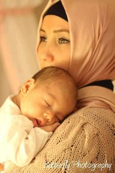 Cute and Romantic Muslim Family - Baby & Mom Baby Beach Pictures, Cute Couple Pictures, Baby Photos, Bff Pictures, Mom And Baby, Baby Love, Baby Hijab, Cute Muslim Couples, Muslim Family