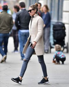 How to wear jeans with sneakers olivia palermo 18 Ideas for 2019 Estilo Olivia Palermo, Olivia Palermo Outfit, Olivia Palermo Lookbook, Olivia Palermo Style, Jean Outfits, Casual Outfits, Street Chic, Street Style, Jeans And Sneakers