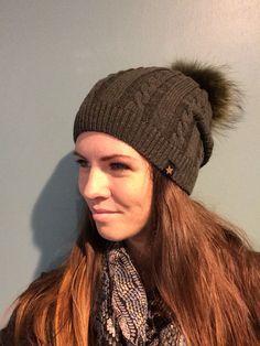 Knit hat. Huer med pels kvast. Kvalitet. Pels. Strik. Huer. Vinterens musthave.