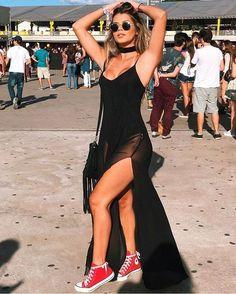 Rock in Rio: 10 looks para te inspirar. Maxi vestido preto com transparência, tênis all star de cano médio vermelho