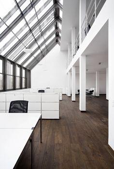 So möchte man doch gerne arbeiten! Boden und Wände schlicht und strapazierfähig. ABER LOFT!