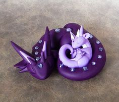 Mama Dragon with Baby Polymer Clay Kunst, Polymer Clay Dragon, Polymer Clay Animals, Fimo Clay, Polymer Clay Projects, Polymer Clay Charms, Polymer Clay Creations, Clay Crafts, Biscuit