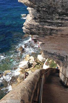 Road Trip en Corse du Sud. ça me rappelle quelque chose ;) un escalier descendant au niveau de la mer au pied de Bonifacio, un souvenir sympa. Conseil: prévoyez d'arriver tôt les places pour se garer ne sont pas assez nombreuses.