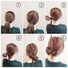 Bước 1: Buộc tóc đuôi ngựa thấp. Bước 2: Kéo tóc tạo độ rối và độ phồng. Bước 3: Chừa lại một lọn tóc nhỏ. Bước 4: Buộc gập đôi phần tóc còn lại. Bước 5: Tách đôi túm tóc buộc ra thành hai cánh nơ. Bước 6: Lọn tóc chừa lại khi nãy luồn vào trong giữa hai cánh nơ rồi kẹp cố định lại.
