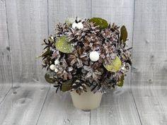 Dekorace šišková v květináčku z přírodních materiálů z  dobená glitry.    Pouze interiérová dekorace, venku hrozí navlhnutí a uzavření šišek.    Rozměry: Ø 20cm, celková výška 23cm.    Vyrábíme na základě objednání, na výběr několik druhů posypů. Doba výroby 1-2 dny. Christmas Wreaths, Floral Wreath, Holiday Decor, Home Decor, Christmas Swags, Flower Crown, Decoration Home, Holiday Burlap Wreath, Interior Design