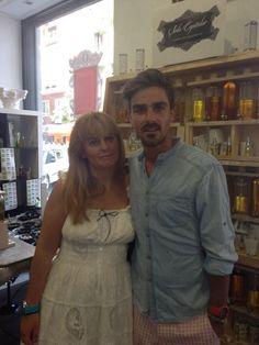 Jaime Terrón, vocalista y líder de #Melocos nos visitó  este verano y le diseñamos un perfume divertido y lleno de vitalidad #diseñatuperfume #amigos #perfumes #momentosespeciales