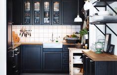 Traditionelle dunkle METOD Küche mit LAXARBY Fronten, Vitrinentüren ...