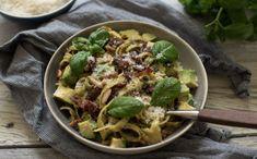 Digge smakar som passar godt i lag. Pasta Med Pesto, Tagliatelle Pasta, Bacon, Mozzarella, Feta, Healthy Snacks, Cabbage, Curry, Pizza