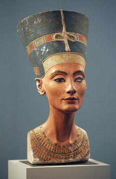 NEFERTITI-busto di Nefertiti in pietra colorata con nessi anatomici, è un opera non conclusa di Thutmose, Nuovo Regno, ritrovata in Egitto ad Amarna, conservata al museo nazionale di Berlino
