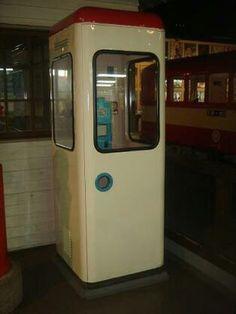 公衆電話ボックス‐全面ガラスのボックスの前はこれ